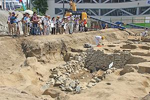 石組み遺構などが公開された発掘現場