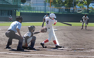 1回表無死2塁、綾原が左前に先制打を放つ
