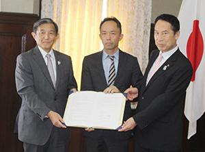 協定書を手にする谷上社長㊥、仁坂知事㊧、尾花市長