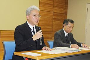 調査の予定について説明する髙松県土整備部長㊧