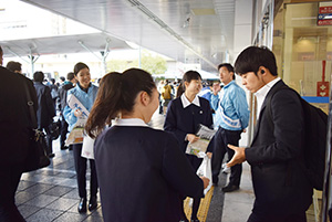 駅前で育成への協力を呼び掛け(和歌山市)