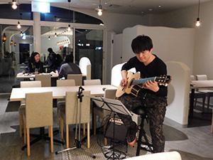 生演奏を披露するギタリスト・Keiji Imabayashiさん