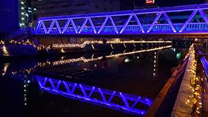 紫色にライトアップされた中橋
