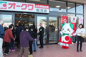 開店と同時に入店する大勢の買い物客