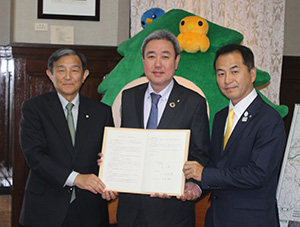 協定書を手にする島社長㊥、仁坂知事㊧、中阪町長