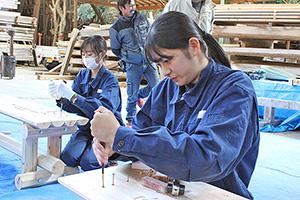 長椅子作りに挑戦する生徒たち