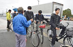 自転車走行の注意を聞く高校生