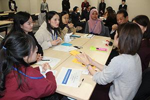 仕事について意見交換する留学生と人事担当者
