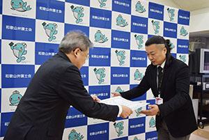 廣谷会長㊧から賞状を受け取る池谷代表