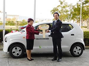 寄贈された車両の前で関戸会長㊨と宮本副会長