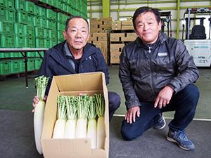 「たくさん食べて」と吉田さん㊧と南方会長