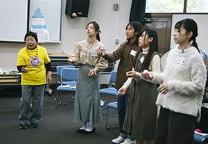森代表㊧とお手玉を練習する学生