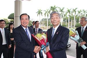 クアンナム省人民委員会前でトアン副人民委員長㊧らの歓迎を受ける中村市長