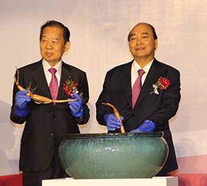 式典で大賀ハスの株を植える二階幹事長㊧とフック首相