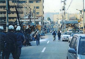 被災から数日後の神戸市兵庫区(県警提供)