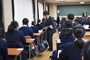 試験問題の配布を待つ受験生ら