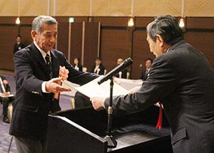 仁坂知事㊨から感謝状を受け取る受賞者