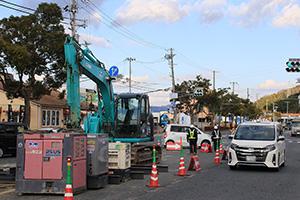 再び水道管の修繕工事が行われる国道24号花山交差点
