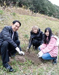 尾花市長とアジサイを植えるHYDEさん(和歌山市提供)