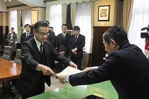 仁坂知事㊨から表彰状を受け取る田宮人事総務本部長