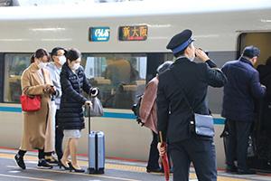 人の移動の拠点となる駅などの重点対策が求められる(22日午前、JR和歌山駅)