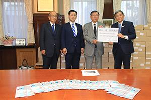 寄贈されたマスクを前に仁坂知事(右端)、榎本会長(その隣)ら