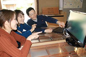 撮影した海中の映像を確認する(右から)巻准教授、青木助教、中本研究員