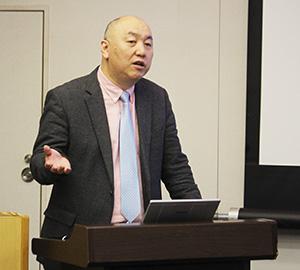 血栓融解について説明する近藤教授
