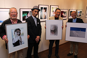 多彩な作品が並ぶ会場で(左から)新井さん、宮脇さん、磯間さん、大瀬さん