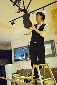 天井にマイクを設置する田口さん