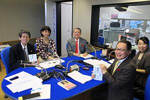 島さん(中央)を囲んで(左から)中村社長、梶山さん、小林さん、赤井さん(和歌山放送スタジオで)