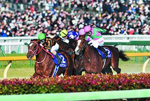 モズアスコットを外から追い上げるケイティブレイブと長岡騎手㊨ (写真:日本中央競馬会)