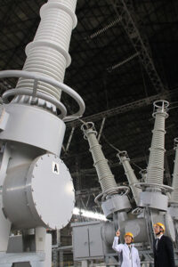 県内には電力の安定供給を支える大型設備が数多くある(海南港変電所)