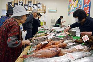 鮮魚が並びにぎわう店内