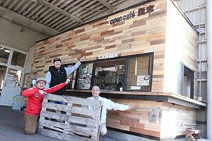 リニューアルしたカフェの前で(左から中原代表、宮尾代表、宇田組合長理事)