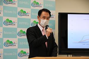 記者会見をする尾花市長(7日)