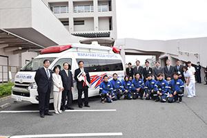 救急車とDMATと共に塚本社長(左から3人目)と南條院長(4人目)