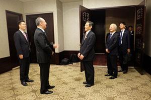 2019年10月17日、四川省で尹力省長(左から2人目)と会談する仁坂知事(同3人目)=県提供=