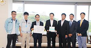 尾花市長(左から4人目)にマスクを寄贈した仲良会の皆さん