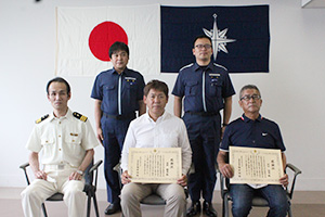 感謝状を受け取った吉井さん(前列中央)と川口さん(同右)