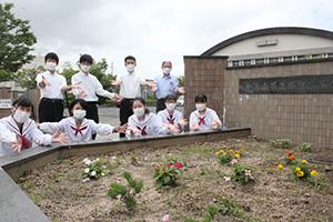 正門を花で彩った生徒会メンバー