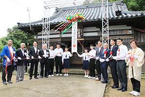 くす玉を開いて日本遺産認定を祝う出席者