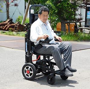 「アニー」に乗り走行する冨田社長