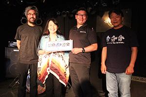 生配信ライブに向けて準備を行う(右から)北口さん、小切楽長、Shokoさん、中谷さん