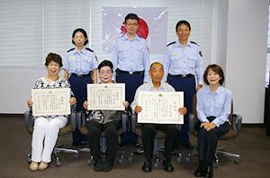 赤間所長(前列右)から順に表彰された清水さん、加藤さん、浅井さん