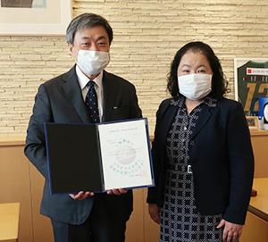 認定通知書を受け取った木村社長㊧と池田労働局長