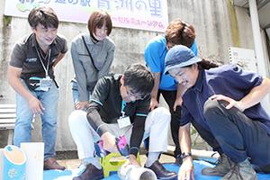神徳駅長(手前左)も竹あかり作りに挑戦