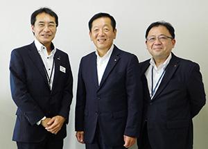 和歌山新報社を訪れた梶浦法人部長、小林常務、関戸支社長(右から)