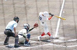 6回表、平田が逆転満塁本塁打を放つ(智弁)