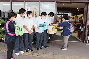 募金への協力を呼び掛ける生徒たち